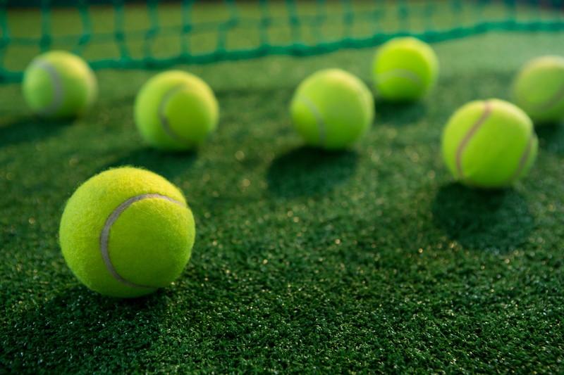散らばるテニスボール